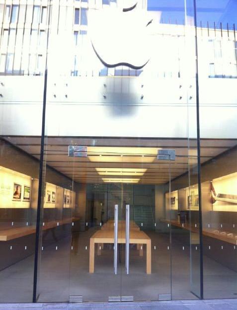 368779728 LApple Store de Londres vide ses vitrines