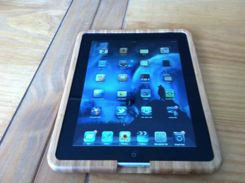 Bamboo Case look bois sur table en bois