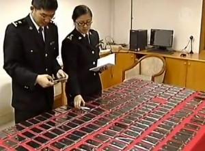 100iphone 300x221 Insolite : Choppé à la douane avec 100 iPhones