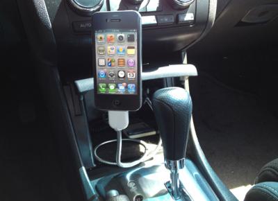 Une bobine voiture Un câble en guise de dock pour son iPhone!