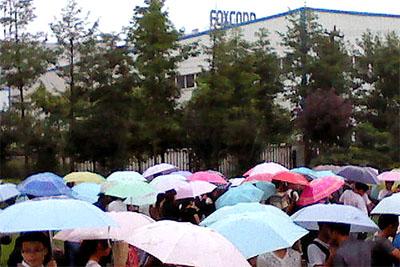 Queue devant les usines Foxconn