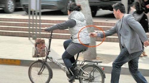 pickpocket iphone baguette 500x279 Insolite : des baguettes chinoises pour voler des iPhone