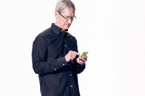 tim cook iphone5c 500x333 iPhone 5C : un succès ... mais pas autant que prévu